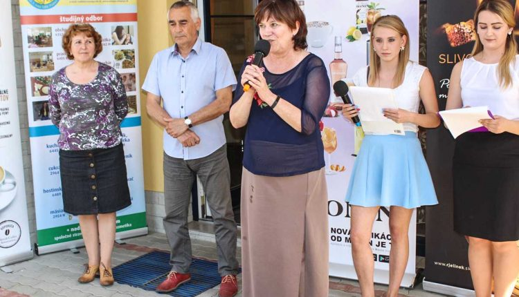 Stredná odborná škola obchodu aslužieb Púchov opäť organizovala súťaž Trendy barový čašník