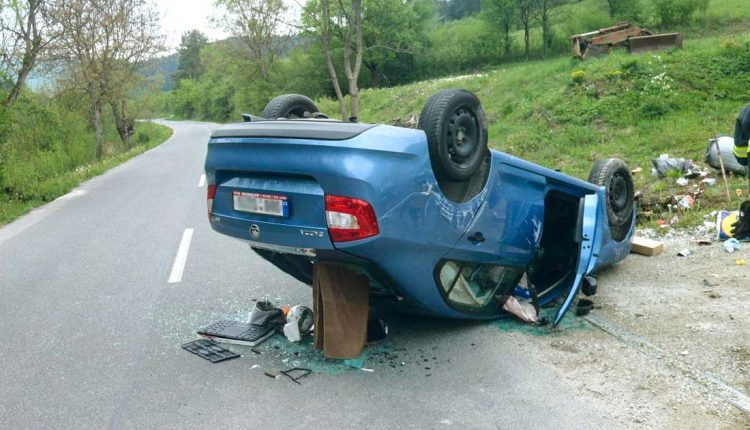 Nehoda pri Beluši, auto skončilo na streche