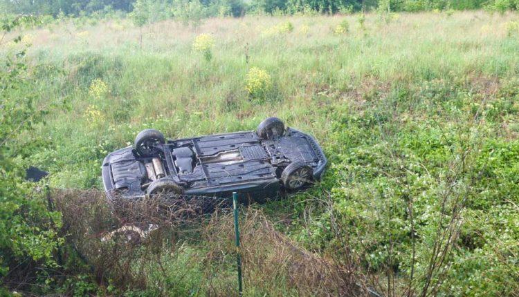 Nehoda na diaľnici, vozidlo skončilo na streche