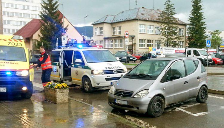 FOTO: Nehoda v Púchove, auto narazilo do banky