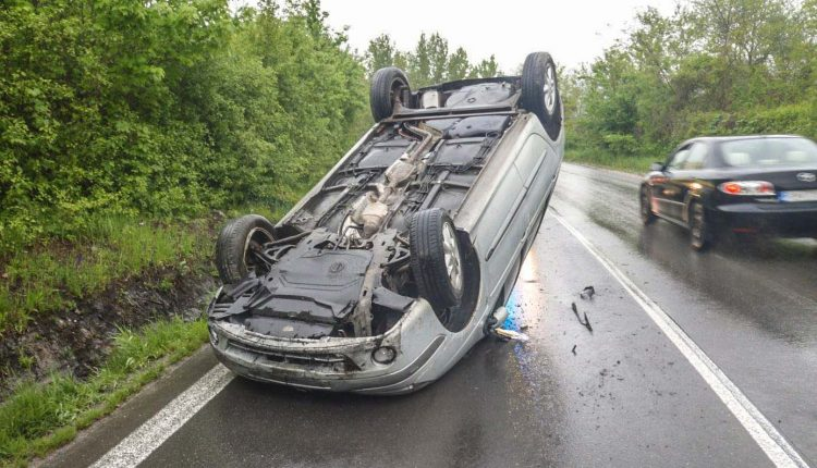 FOTO: Nehoda pri Púchove, auto skončilo na streche