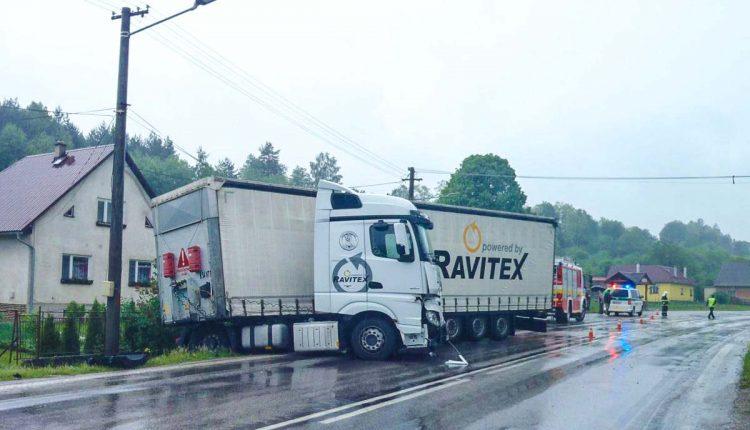 Kamión skončil mimo cestu, vyťahoval ho traktor