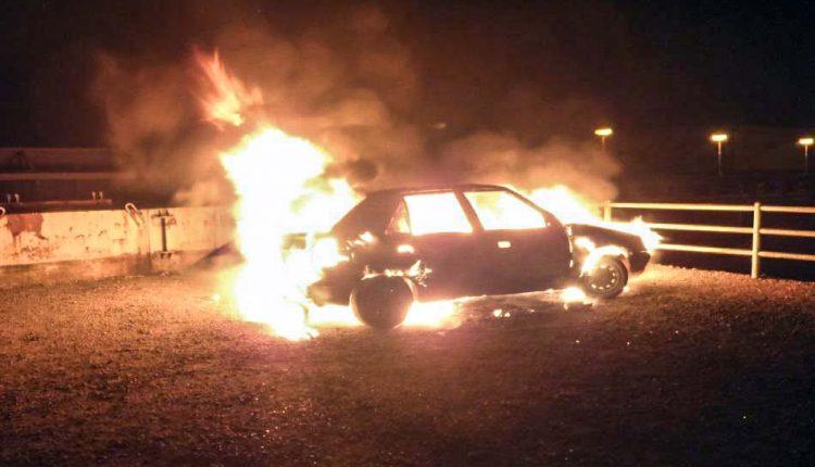 Pri priehradnom múre horelo vozidlo