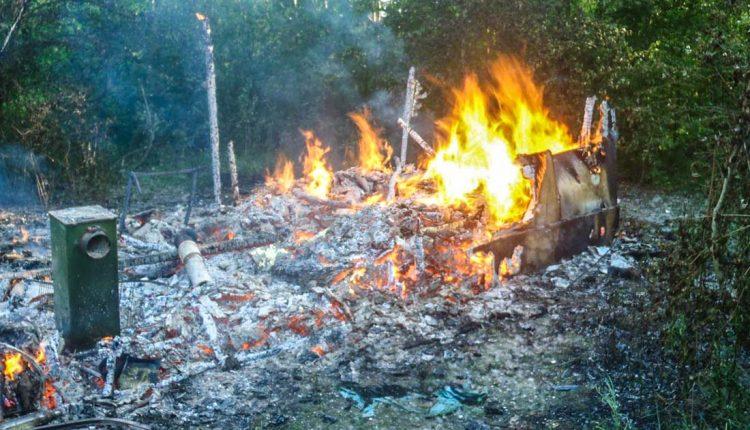 FOTO: V Púchove pri Váhu zhorela drevená búda