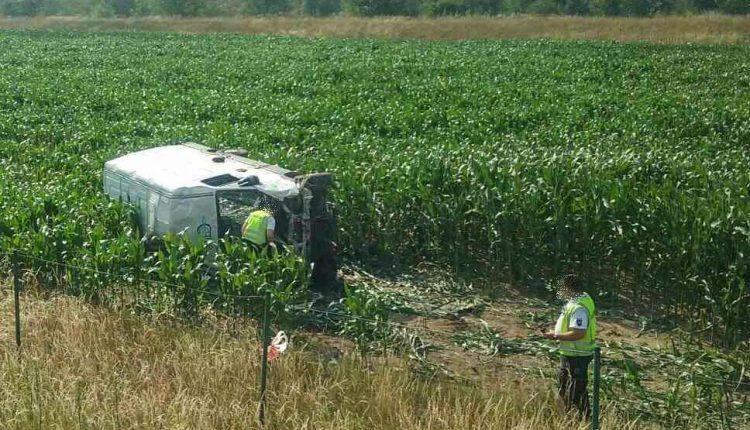 Nehoda na diaľnici pri Púchove, dodávka skončila v poli