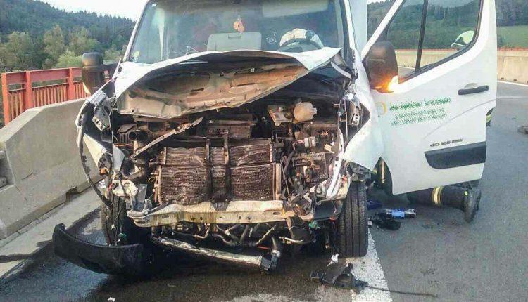 Nehoda pri Púchove, auto na diaľnici narazilo do prívesného vozíka