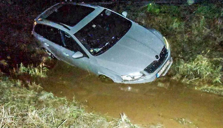Kuriózna nehoda, opitý vodič skončil vo vode