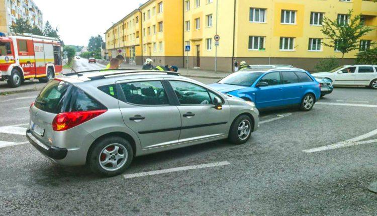 Na križovatke v Púchove sa zrazili tri autá