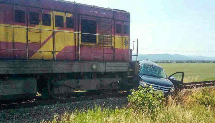 Nákladný vlak sa zrazil s osobným autom