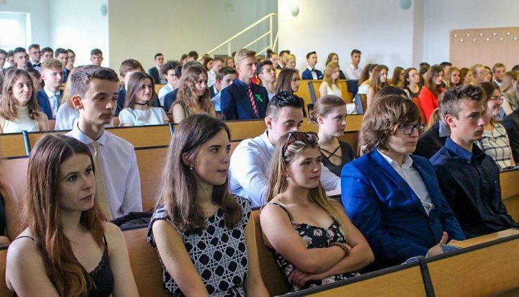 V našom kraji si vysvedčenia prevezme viac ako 16 tisíc stredoškolákov