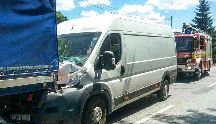 Nehoda pri obci Záriečie, dodávka narazila do nákladného auta