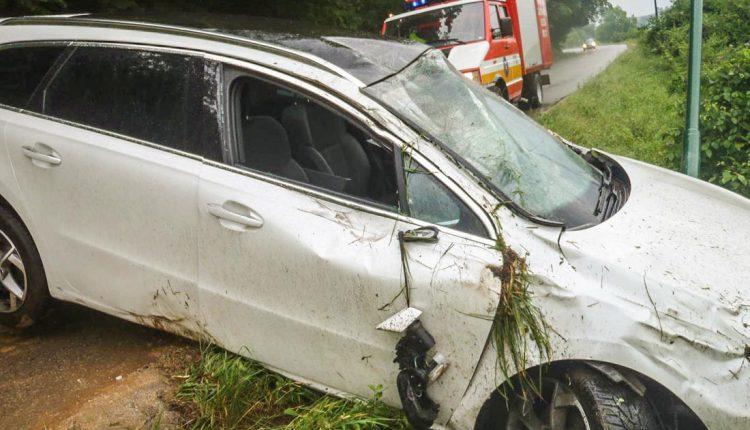 FOTO: Nehoda, zlomený strom a požiar trávy