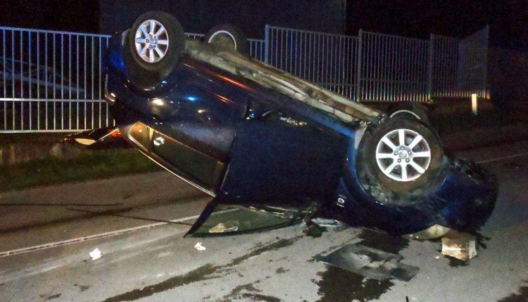 Nehoda v okrese Púchov, vodič prevrátil auto na strechu