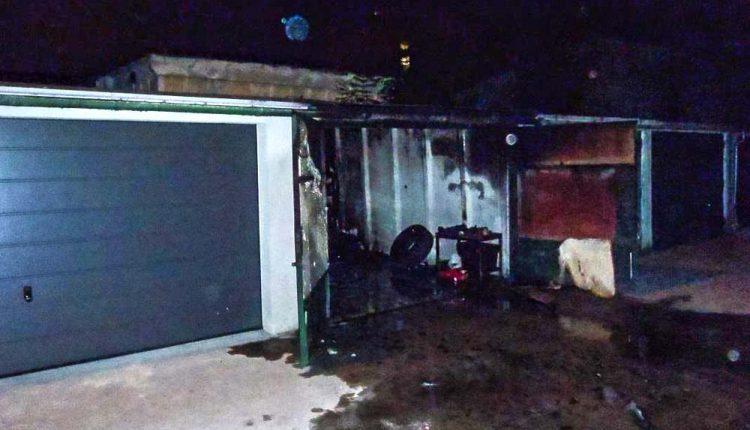 Nočný požiar v Púchove, horelo auto aj garáž