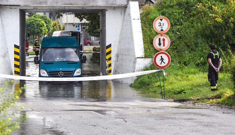 Niektoré cesty v Púchove nezvládajú silné dažde