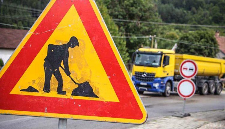 POZOR: Cestu do obce Mojtín už úplne uzatvorili