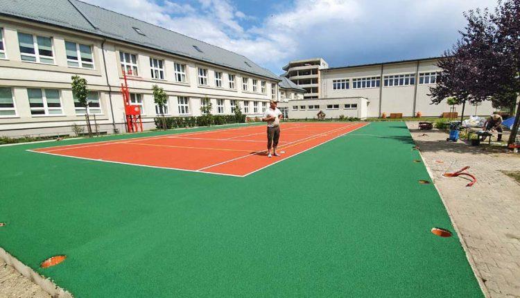 Multifunkčné ihrisko na Gymnáziu v Púchove už aj s hracou plochou