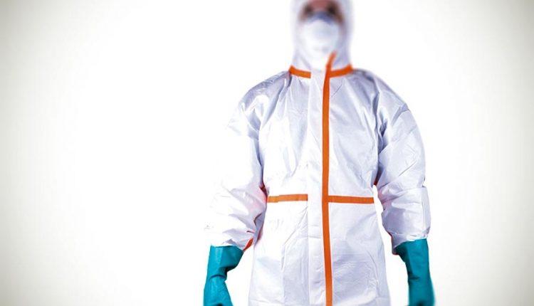 Krádež ako z filmu: Oblečený v bielom overale arespirátor na tvári