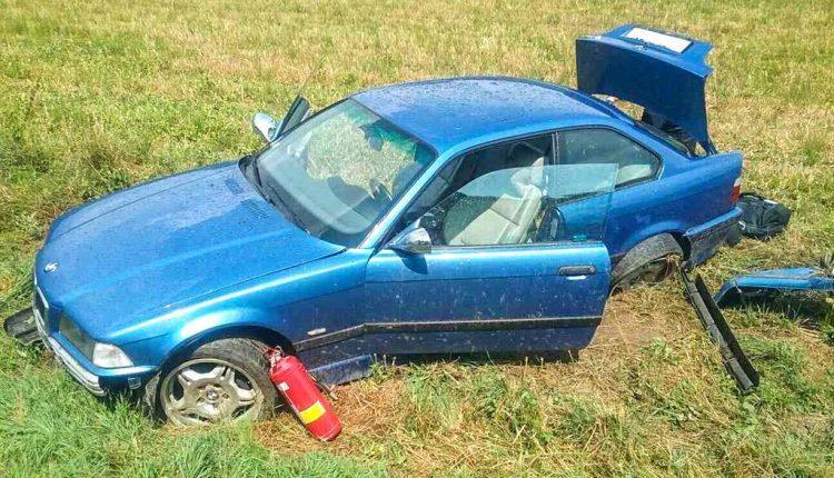 FOTO: BMW skončilo v priekope, zranili sa dve osoby