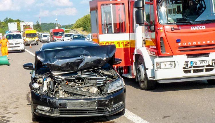 FOTO: Nehoda na diaľnici, Volkswagen sa narazil s Peugeotom
