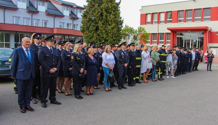 Nový defibrilátor dostali aj dobrovoľní hasiči z Beluše
