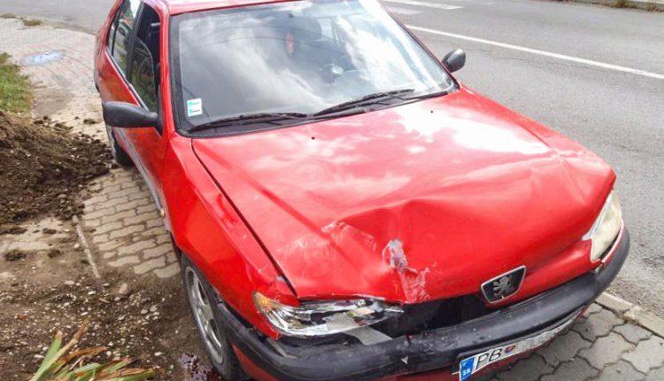 FOTO: Zrážka dvoch vozidiel v obci Beluša