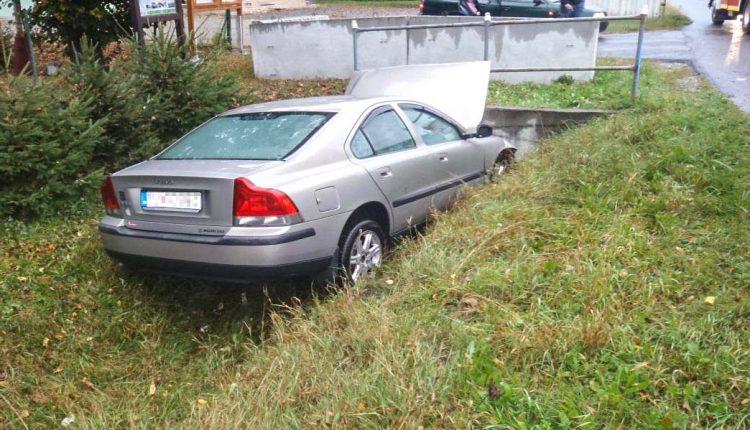 FOTO: Auto vyletelo mimo cesty a narazilo do mosta