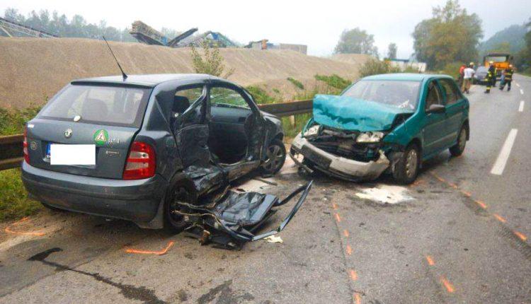 FOTO: Dopravná nehoda pri Púchove, zranilo sa päť osôb