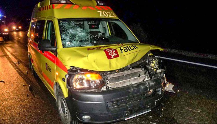 FOTO: Kuriózna nehoda, sanitka sa zrazila slesnou zverou