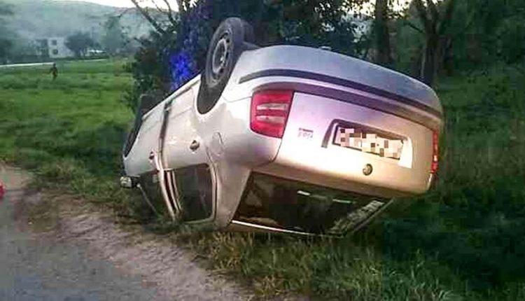 FOTO: Nedeľná nehoda, auto skončilo prevrátené na streche