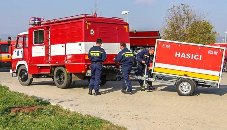 Dostali nové defibrilátory a protipovodňové vozíky