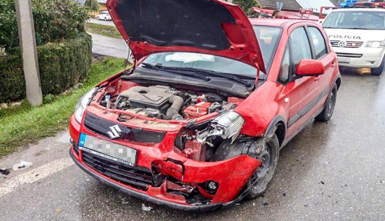 FOTO: Nehoda dvoch vozidiel v obci Lednické Rovne