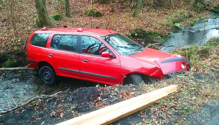 FOTO: Auto skončilo uviaznuté v potoku