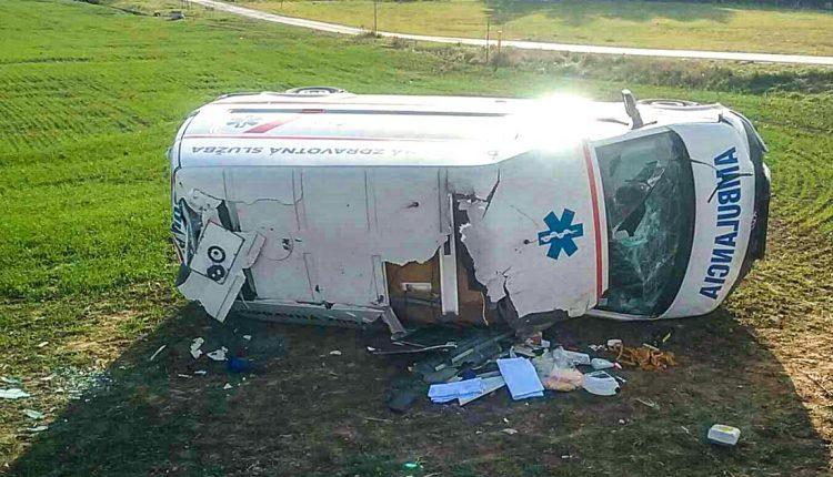 FOTO: Dopravná nehoda sanitky, skončila prevrátená na boku