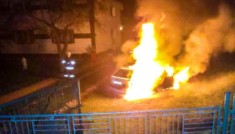 FOTO: Neznámy páchateľ podpálil osobné auto