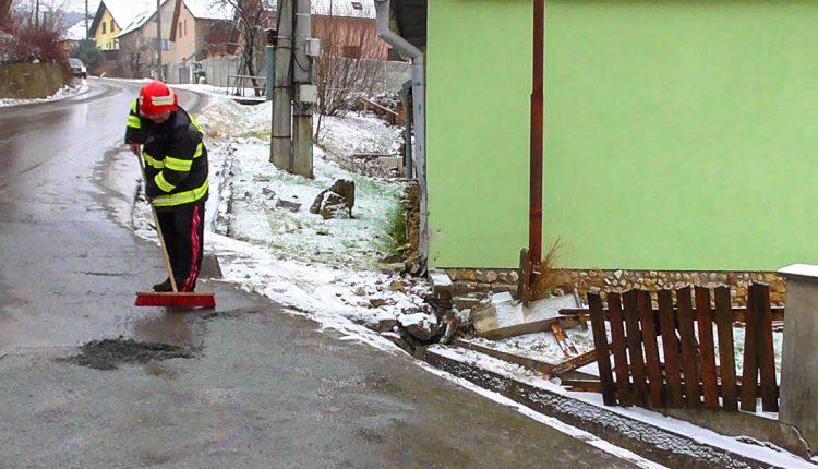 FOTO: Dobrovoľný hasiči mesta Púchov vypomáhali pri nehode