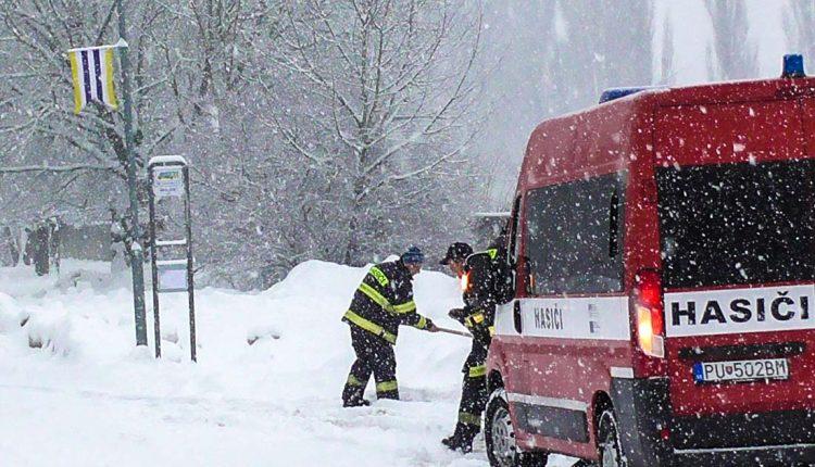 FOTO: Dobrovoľní hasiči mesta Púchov vypomáhali počas kalamity