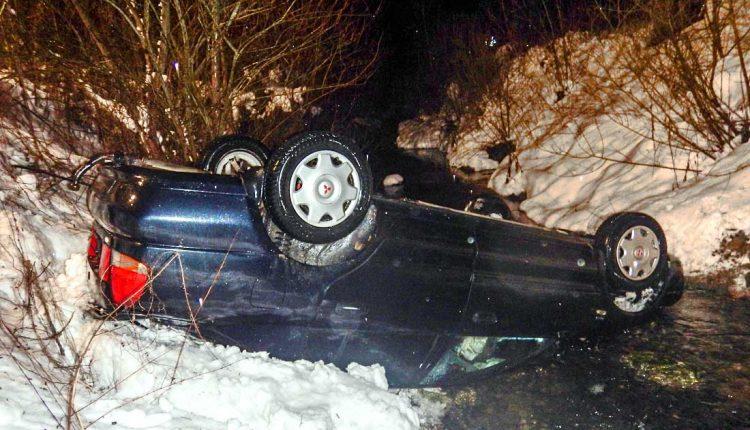 FOTO: Vážna nehoda, auto skončilo na streche v potoku