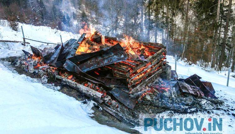 FOTO: Pri požiari chaty zasahovalo množstvo hasičov