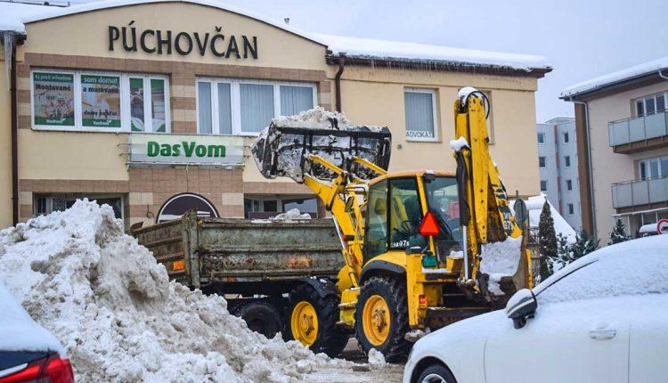 Intenzívne sneženie zastihlo aj Púchov, pracovníci Podniku TSM nestíhali