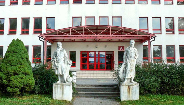 Spojená škola v Púchove ako jediná ponúka možnosť študovať sklárske remeslo, módu či technické a chemické odbory na jednom mieste