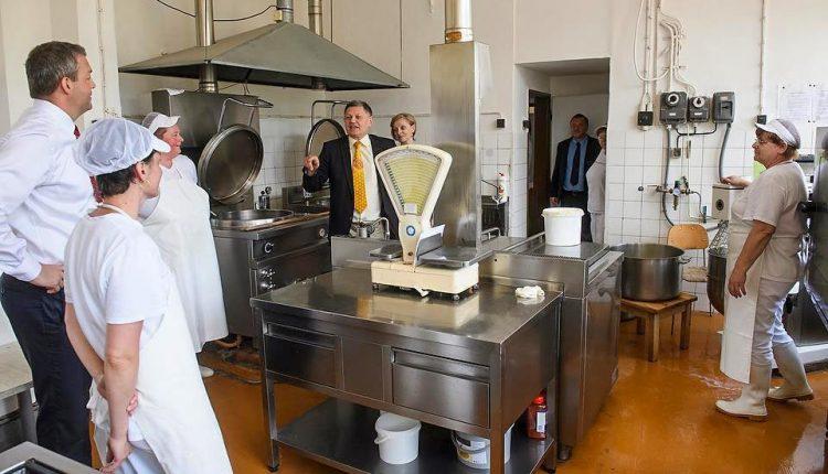 Vyššie mzdy majú od nového roka kuchárky, cestári či zamestnanci stredných škôl
