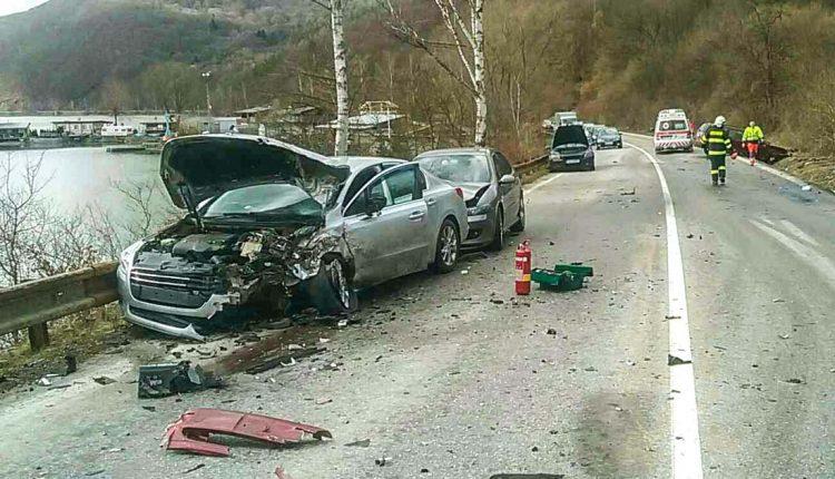 FOTO: Vážna nehoda pri Púchove, zrazili sa štyri autá