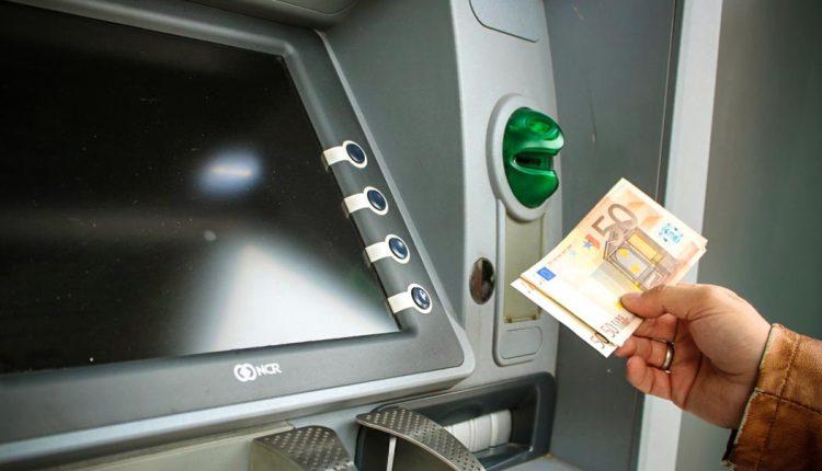 Z predajne potravín ukradli bankomat