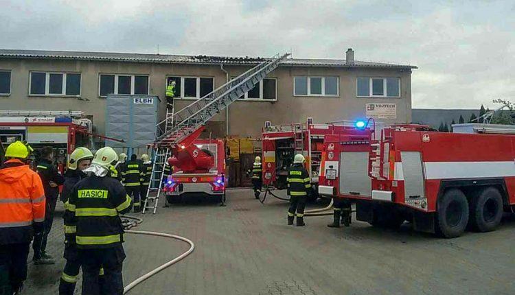 FOTO: Rozsiahly požiar, zasahujú desiatky hasičov