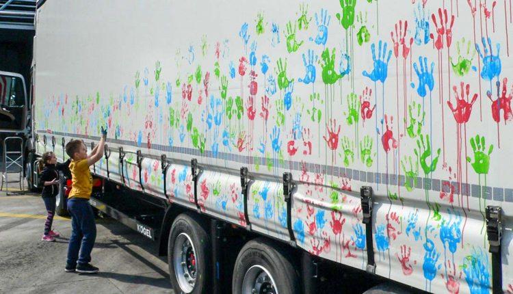 Stovky odtlačených rúk na plachte kamióna prekonali slovenský rekord