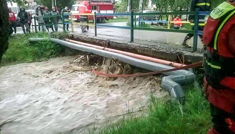 FOTO: Vytrvalý dážď dáva hasičom poriadne zabrať