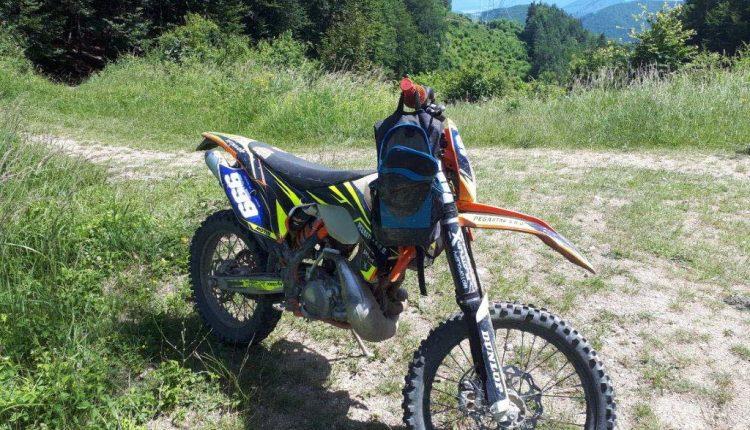 FOTO: Policajti v prírode na Považí zadržali a obvinili motorkára