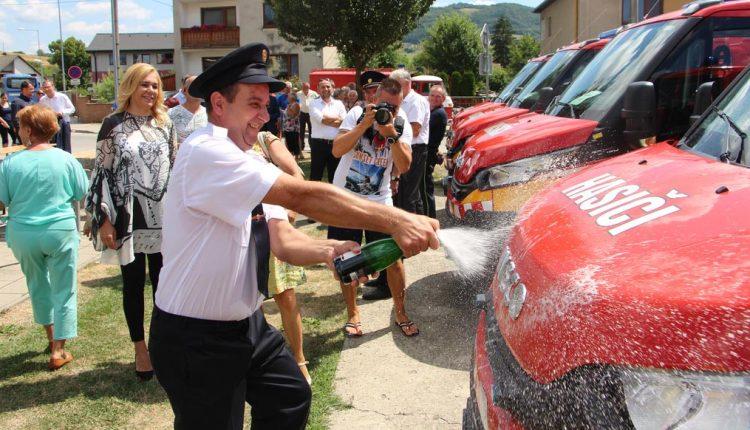 Nové vozidlá si prevzali dobrovoľné hasičské zbory aj v našom okrese