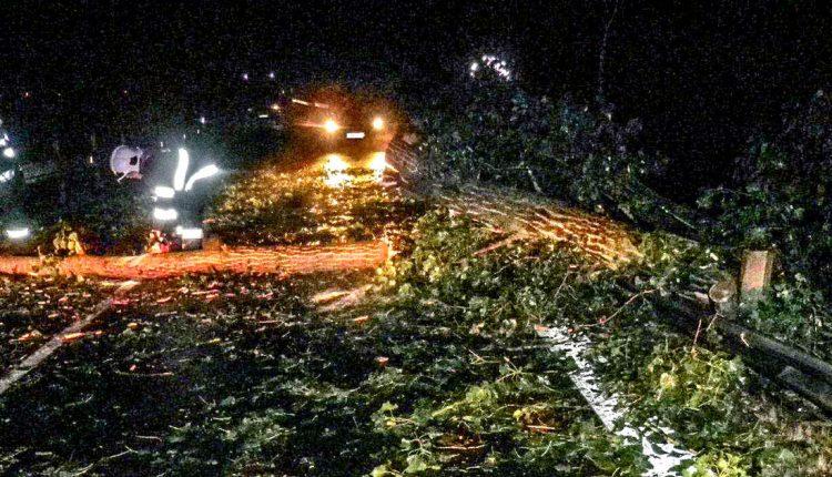 FOTO: Silný vietor a búrky v našom kraji dali hasičom zabrať